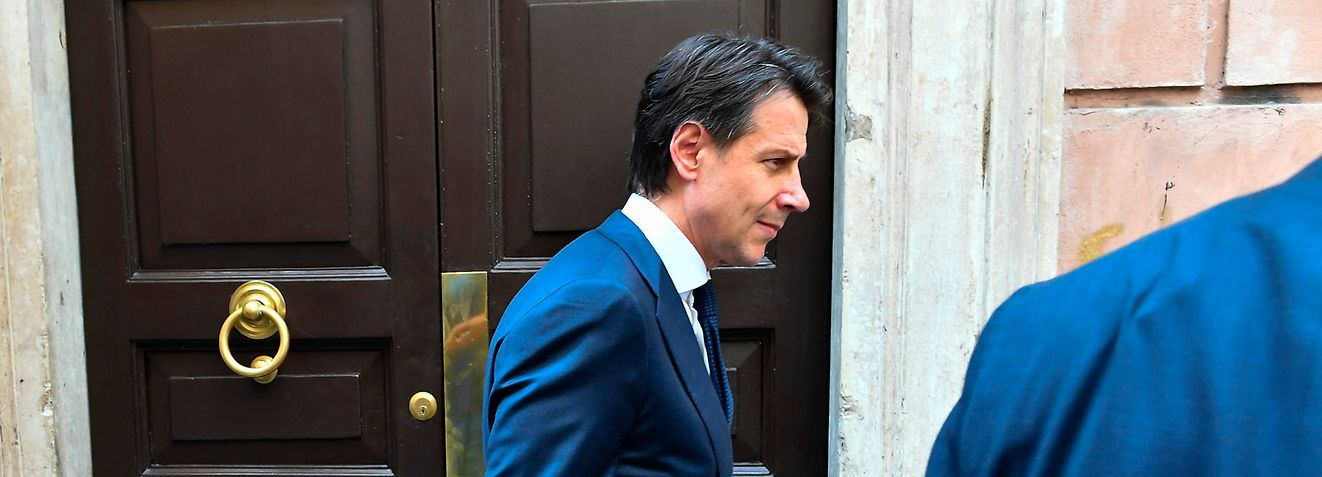 Newly appointed Italy's Prime Minister Giuseppe Conte, leaves his house on May 27, 2018 in Rome. Conte should meet Italian president Sergio Mattarella today at 1700 GMT to give his government lineup.  / AFP PHOTO / Vincenzo PINTO