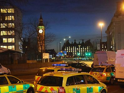 La police et les secours sur le pont de Westminster, près des Houses of Parliament dans le quartier de Westminster, mercredi soir.