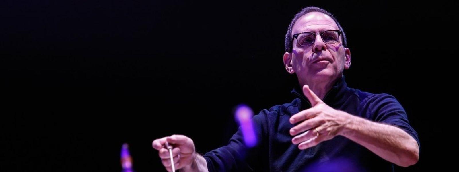 Der US-amerikanische und in London lebende Dirigent Robert Ziegler erlitt vor den Augen der Musiker und Zuschauer am Samstagabend auf der Bühne der Philharmonie einen Schwächenanfall.