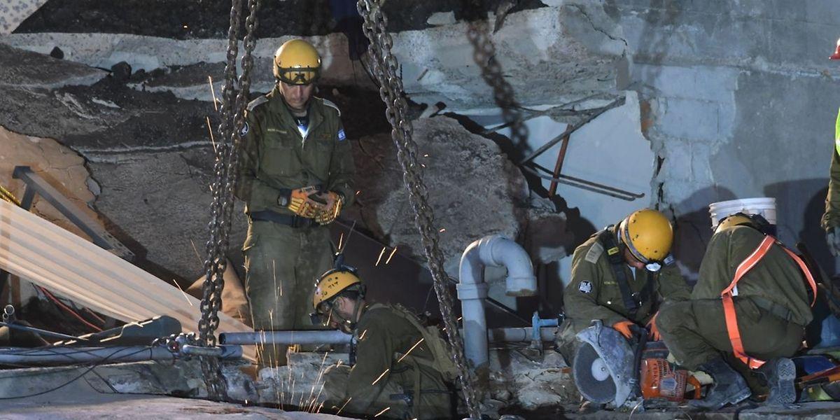 Die Rettungskräfte suchten noch nach Opfern des letzten Erdbebens vor vier Tagen.