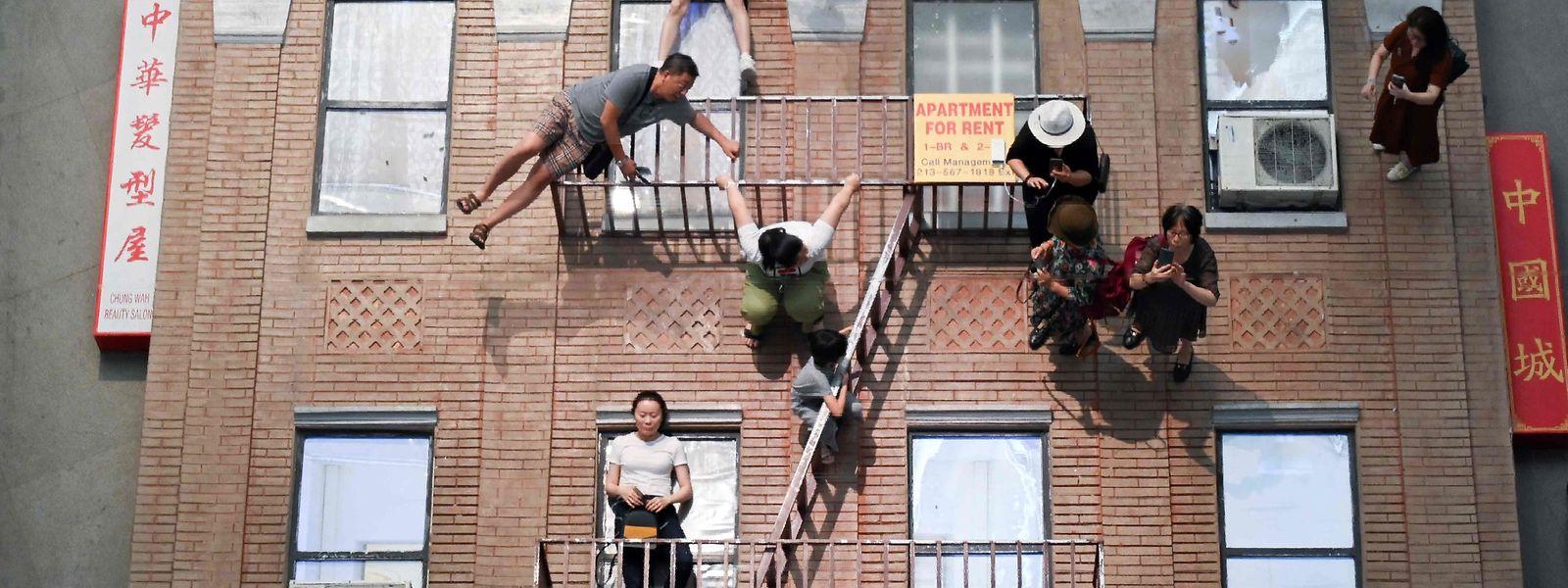 """Bejing (China). Im CAFA-Kunstmuseum spielt der argentinische Künstler Leandro Erlich durch seine """"The Confines of the Great Void""""-Installation mit den Sinnen der Besucher."""