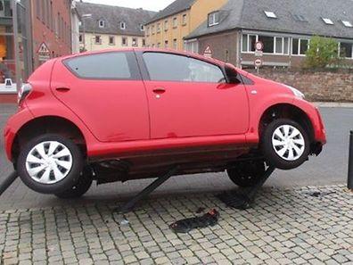 Wie von Zauberhand scheint das Fahrzeug rechts in der Luft zu schweben.