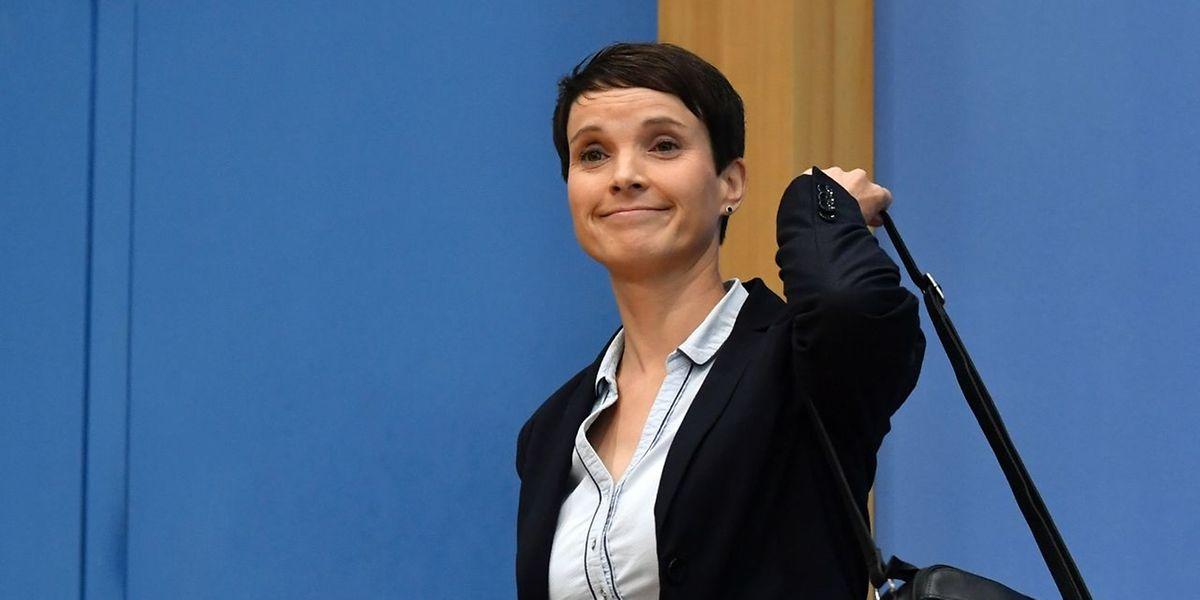 Eklat am Tag nach der Wahl: Frauke Petry verlässt die gemeinsame Pressekonferenz mit den Spitzenkandidaten Alice Weidel und Alexander Gauland.