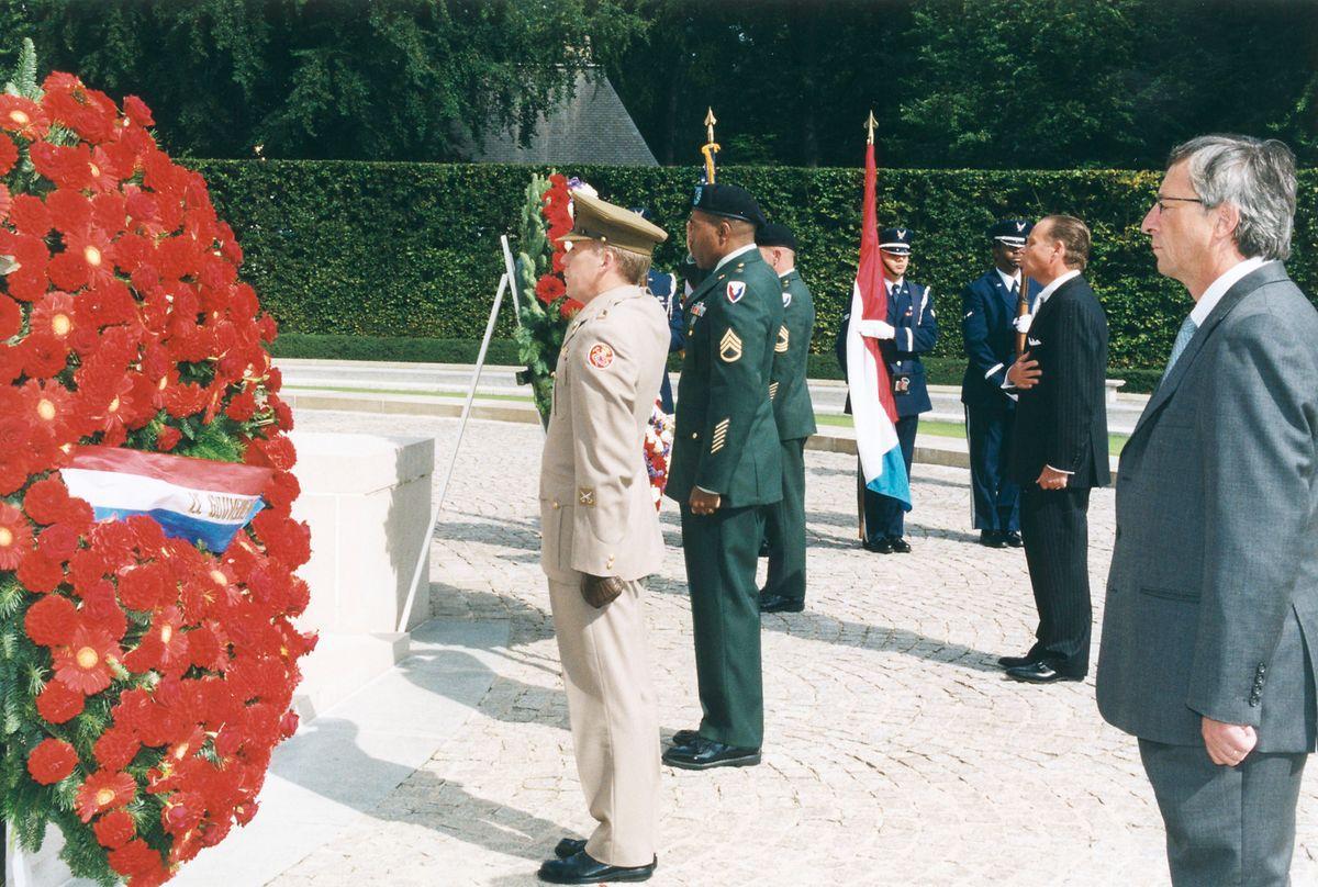Lors du premier anniversaire du 11 septembre 2001, le Premier ministre luxembourgeois et l'ambassadeur des États-Unis  se sont recueillis au cimetière militaire américain de Hamm.