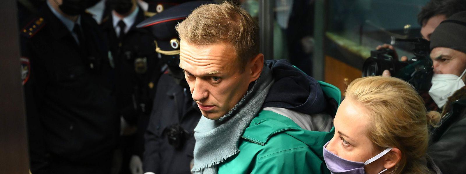 Alexej Nawalny bei der Rückreise aus Berlin, wo er nach dem Giftanschlag weiterbehandelt wurde. Der erste behandelnde Arzt ist jetzt in Omsk/Sibirien plötzlich verstorben.