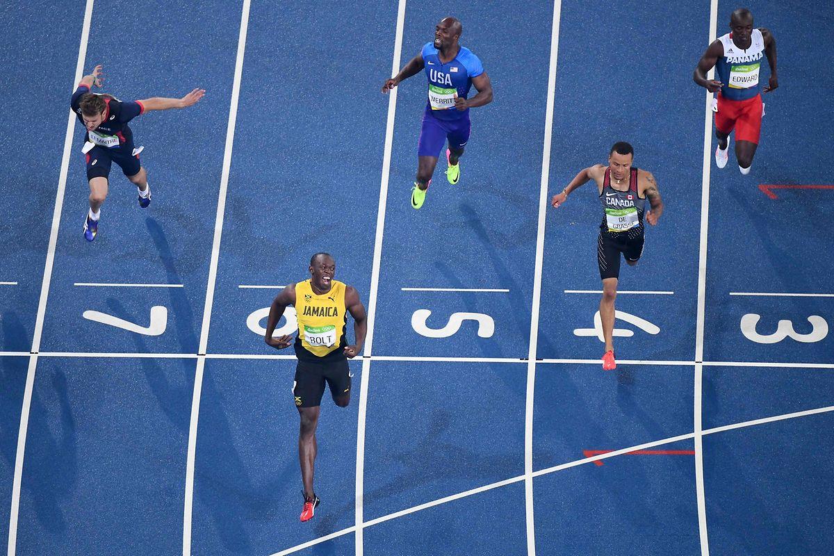 Usain Bolt (vorne) siegte vor dem Kanadier Andre De Grasse (Bahn 4) und dem Franzosen Christophe Lemaitre (7).