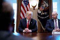 Trump hatte die Strafzölle auf Stahl sowie Aluminium in der vergangenen Woche angekündigt. Am Samstag legte er dann mit seiner Drohung an die Adresse der europäischen Autoindustrie nach. Eine Umsetzung würde die deutschen Automobilhersteller besonders schwer belasten.