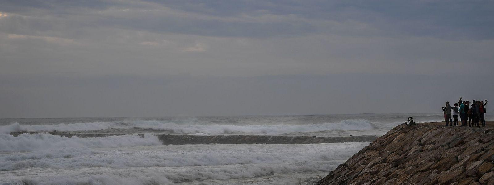 Des curieux observent les vagues sur la Costa da Caparica, près de Lisbonne.