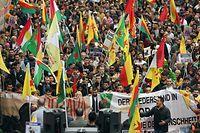 Köln: Tausende Menschen nehmen an der Demonstration «Stoppt die Invasion kurdischer Gebiete» auf der Deutzer Freiheit teil.