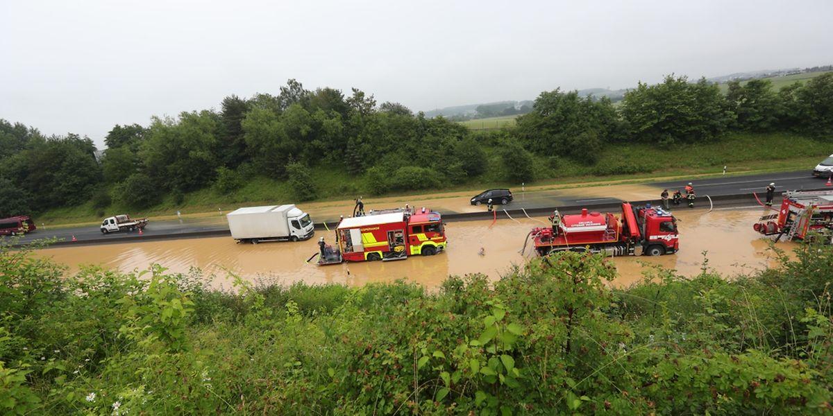 Bis zu 1200 Kubikmeter Wasser und Schlamm blockierten am Montag die A3 Richtung Frankreich.