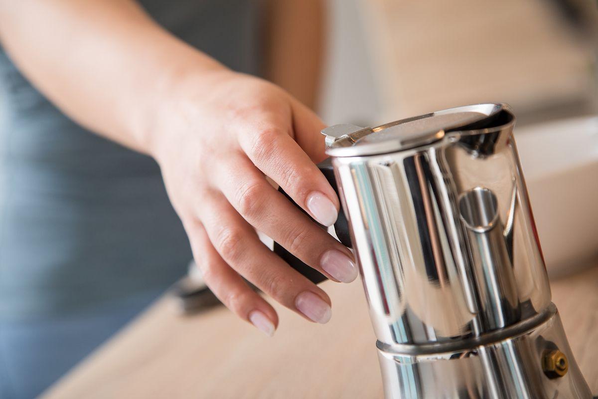 Die kleine Lösung: die Pressstempelkanne, oder auch Espressokocher genannt, wird direkt auf die Herdplatte gestellt.