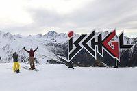 ARCHIV - 25.11.2018, Österreich, Ischgl: Zwei Wintersportler stehen am Pardatschgrat im Skigebiet von Ischgl und schauen in Richtung Horizont. Österreich verhängt für alle Einreisenden aus Corona-Risikogebieten vom 7. Dezember bis zum 10. Januar eine zehntägige Quarantänepflicht. Ziel sei es, den Tourismus weitgehend einzudämmen, teilte die Regierung am Mittwoch in Wien mit. Foto: Felix Hörhager/dpa +++ dpa-Bildfunk +++