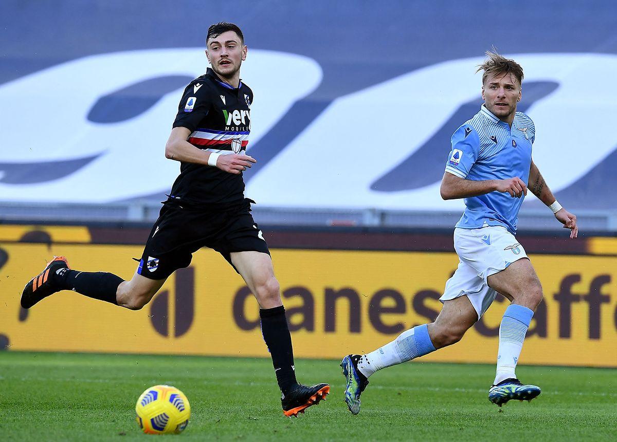 Lazios Ciro Immobile, hier im Duell mit Sampdorias Alex Ferrari (l.), ist ein begnadeter Torjäger.