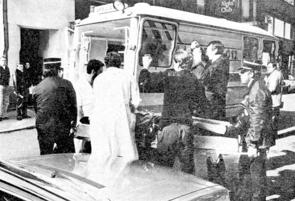 Ein Krankenwagen transportiert den schwer verletzten Do Rego ab.
