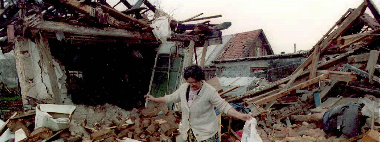 In Sarajevo suchte die bosnische Muslima Ziba Suba im April 1995 in den Trümmern ihres bei einem serbischen Angriff zerstörten Wohnhauses nach den letzten Habseligkeiten.