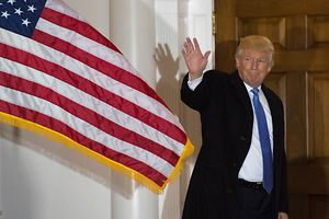 TOPSHOT - President-elect Donald Trump waves to the media from the steps at the clubhouse of Trump National Golf Club November 20, 2016 in Bedminster, New Jersey. / AFP PHOTO / DON EMMERT