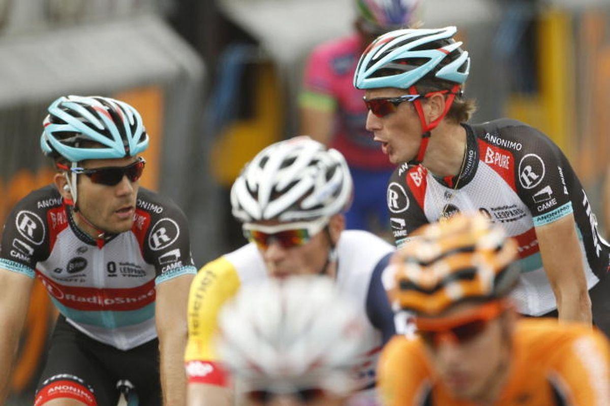 Maxime Monfort (à g.) en grande discussion avec Andy Schleck sur les routes du Tour de France 2013