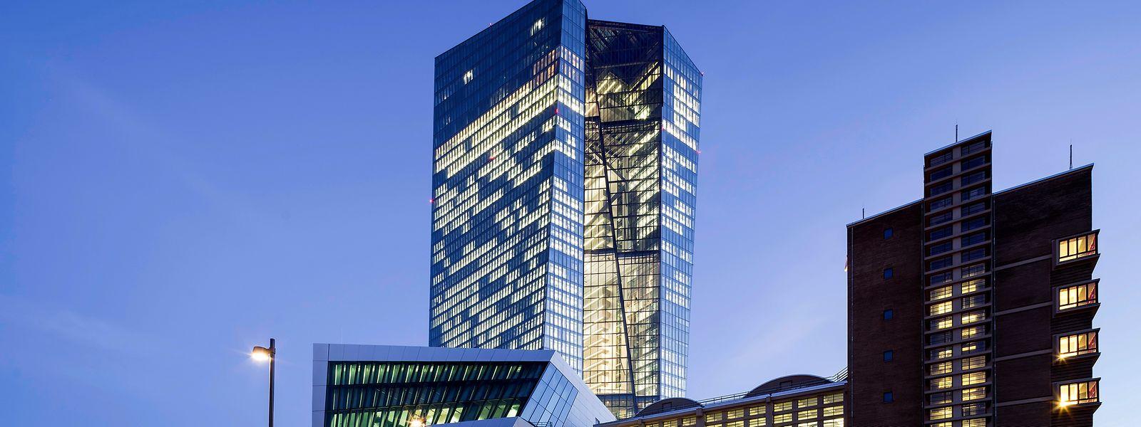 Seit 2015 ist der 200 Meter hohe gläserne Turm im Osten Frankfurts das neue Zuhause der EZB.
