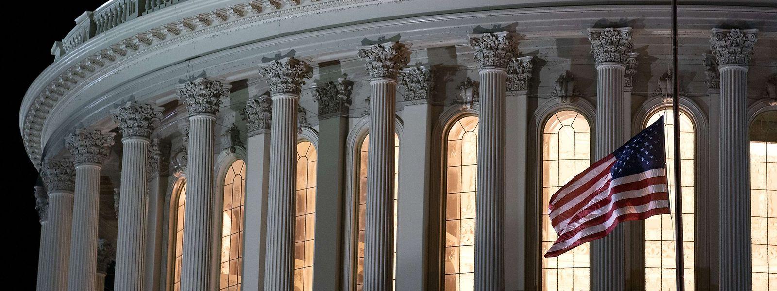 Zum Gedenken an die Rechtsstaat-Ikone Ruth Bader Ginsburg steht die US-amerikanische Flagge auf dem Kapitol auf Halbmast.