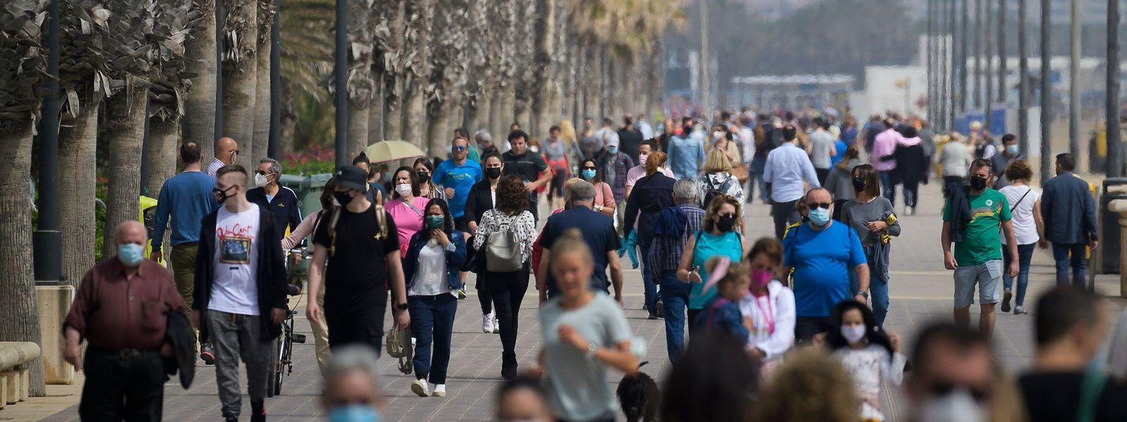 In Valencia nutzen zahlreiche Menschen die neuen Möglichkeiten zum Flanieren.