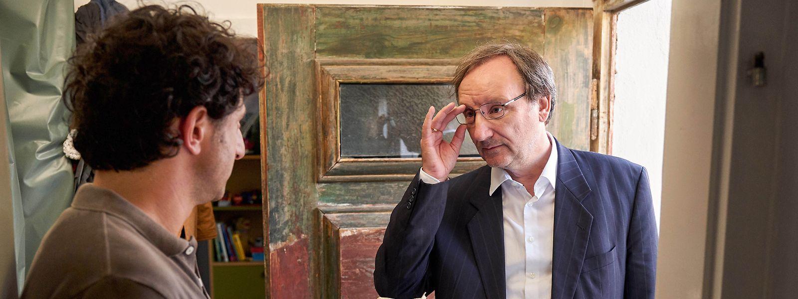 Vorschläge in Umschlägen. Vieles in Köln wird unter der Hand geregelt. Vor allem von Josef Asch (Rainer Bock, r.), hier mit seinem Baudezernenten Andrea di Carlo (Serkan Kaya, l.).