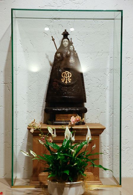 Unweit vom Sarkophag entfernt, steht eine Muttergottesfigur hinter Glas.