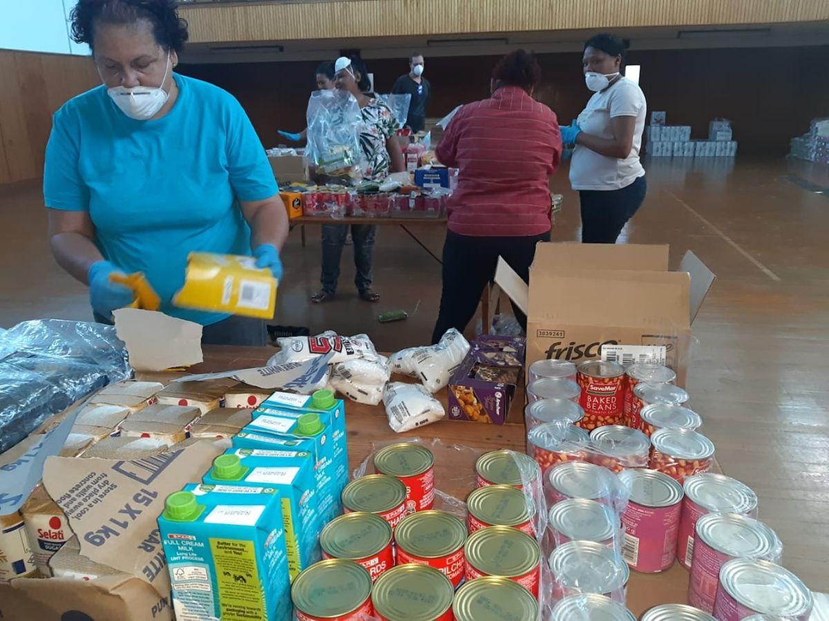 Die Lebensmittel werden in großen Hallen sortiert, um sie dann zu Hilfspaketen zu schnüren.