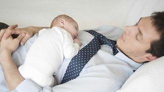 Bei der Geburt ihres Kindes erhalten Väter künftig fünf statt nur zwei Urlaubstage.