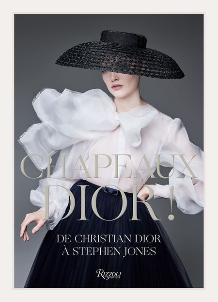 """Stephen Jones, Florence Müller et al.: """"Chapeaux Dior! - De Christian Dior à Stephen Jones"""", Rizzoli New York, 240 Seiten; ISBN 978-0847868445, € 50 (auch erhätlich in englischer Sprache: """"Dior Hats - From Christian Dior to Stephen Jones"""")."""