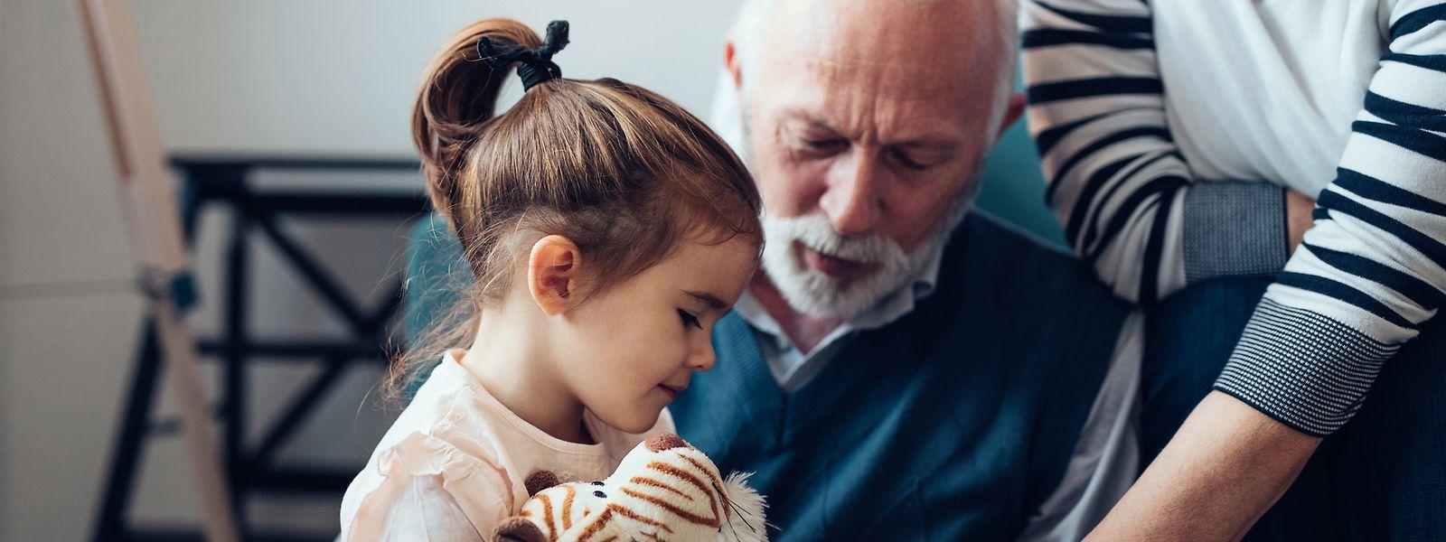 Auch Verwandte, wie Großeltern oder Onkel und Tante, können betroffene Kinder zu sich nehmen. Dann gelten auch sie als Pflegefamilie und können staatliche Hilfen beziehen.