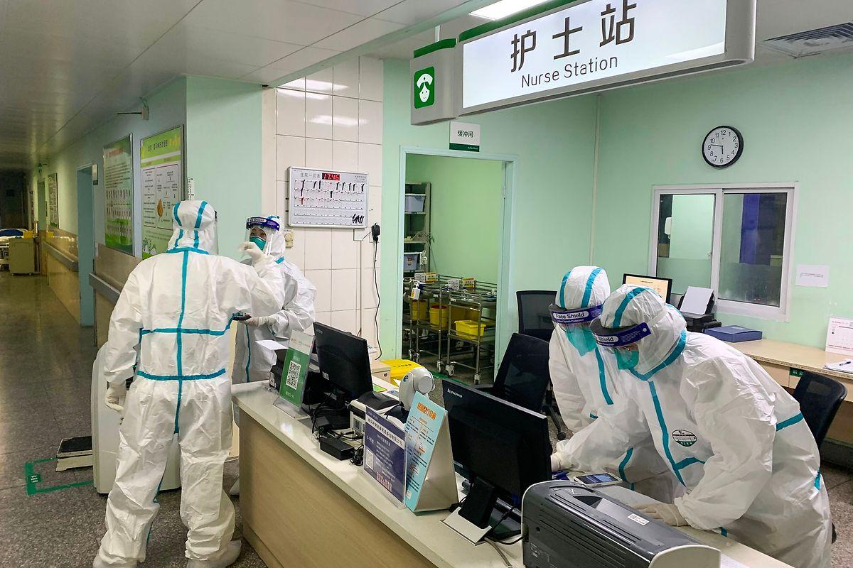 Die Angestellten in den Krankenhäusern von Wuhan arbeiten unter hohen Sicherheitsbestimmungen.