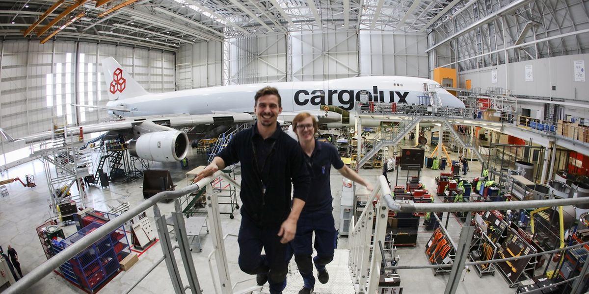 Experts en maintenance et pièces détachées entourent le Boeing stationné dans l'emblématique hangar de Cargolux ce jeudi.