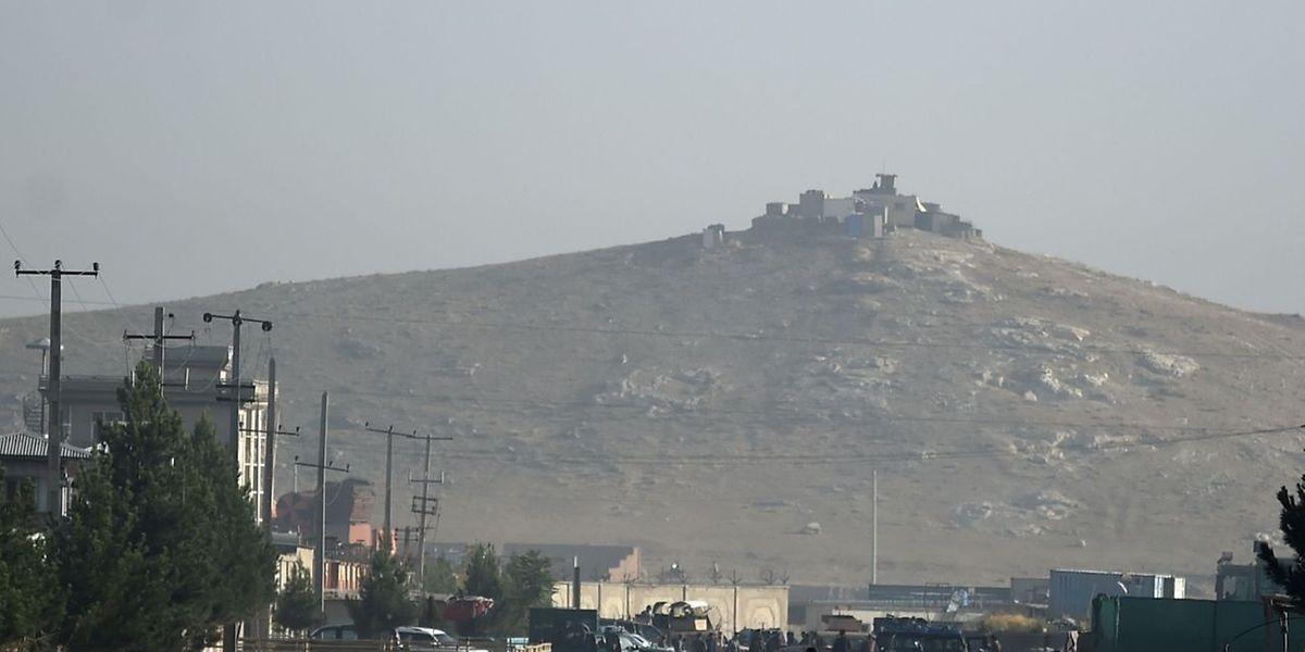 Afghanische Sicherheitskräfte sperren den Ort der Explosion ab.