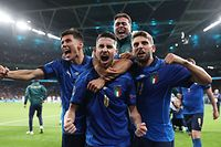 TOPSHOT - Italy's midfielder Jorginho (C) celebrates with teammates after scoring in a penalty shootout and winning the UEFA EURO 2020 semi-final football match between Italy and Spain at Wembley Stadium in London on July 6, 2021. (Photo by Carl Recine / POOL / AFP)
