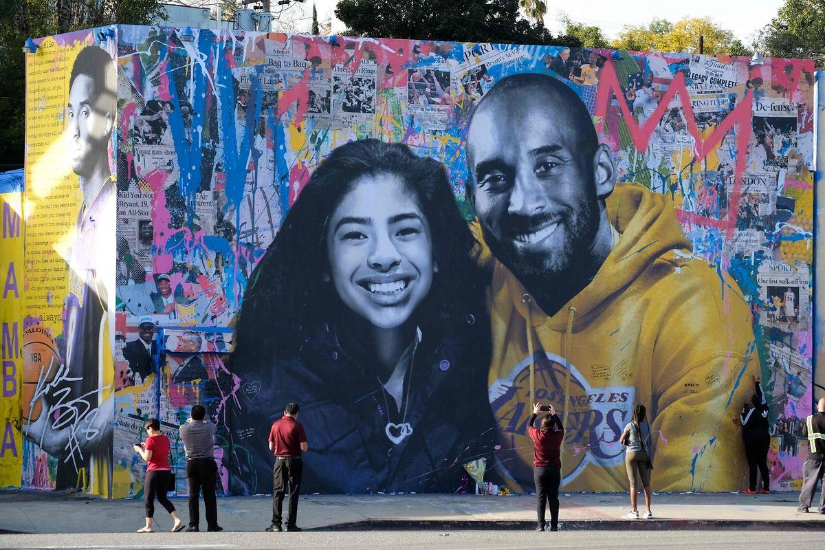 In Los Angeles erinnert ein riesiges Kunstwerk an Kobe Bryant und seine Tochter Gianna.