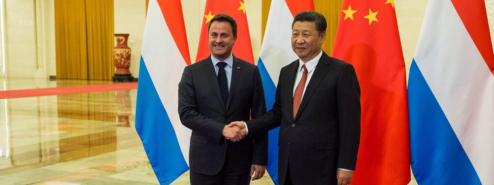 Präsident Xi Jinping (r.) und Premierminister Xavier Bettel begrüßen sich in der Großen Halle des Volkes in Peking.