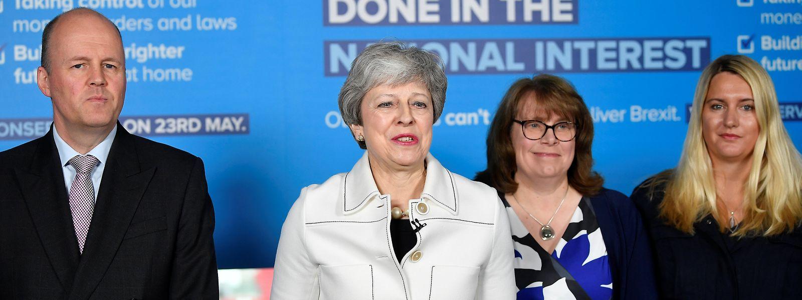 Die Britische Premierministerin Theresa May (M) wird nicht müde, neue Anläufe in Richtung Brexit zu machen.