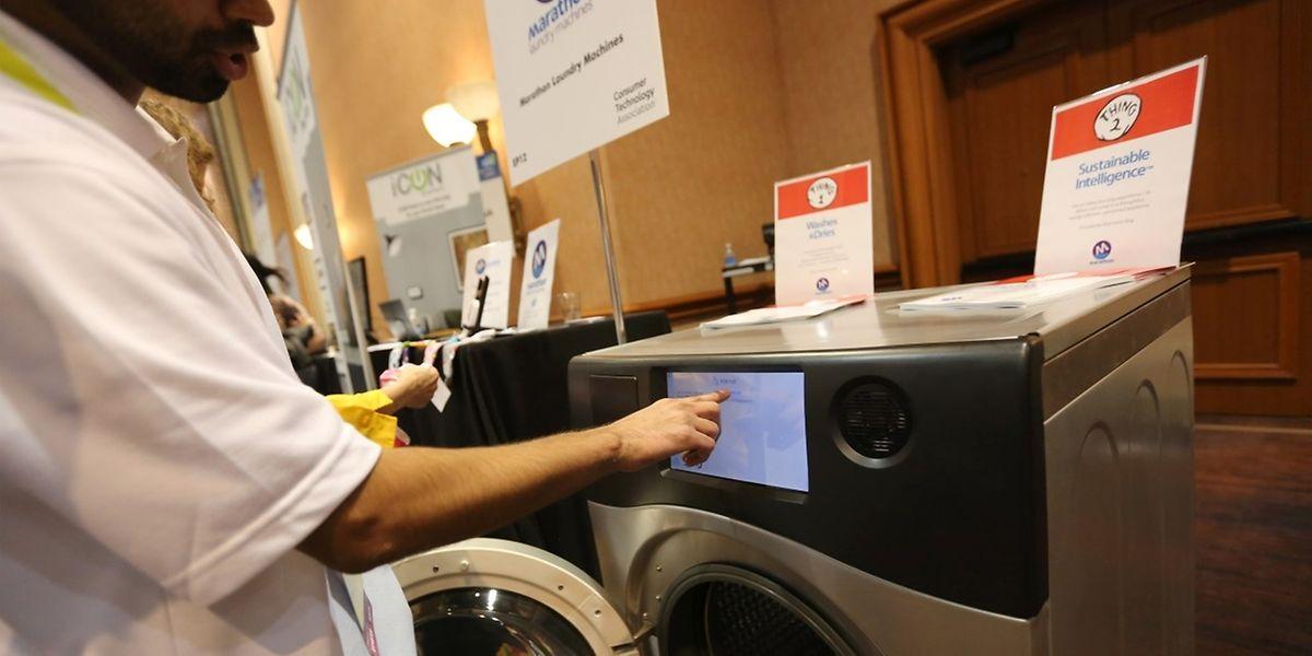 Diese Waschmaschine, die auf der CES vorgestellt wird, kommuniziert über das Internet mit dem Smartphone des Besitzers. Über Sensoren und eine Kamera findet sie beispielsweise heraus, welche Kleidung geladen wurde und macht Vorschläge für entsprechende Waschprogramme.