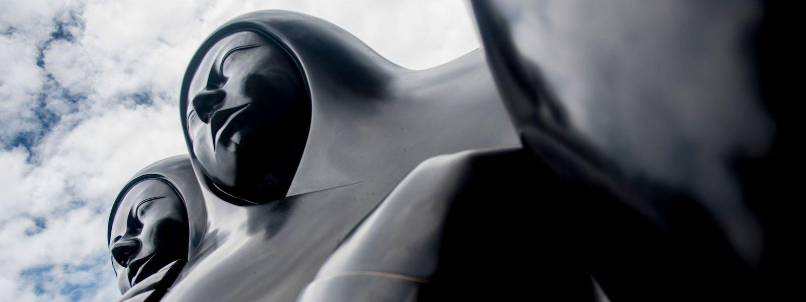 """San Jose (Costa Rica). """"Pareja"""" ist eine der 27 Arbeiten des in Italien lebenden Bildhauers Jorge Jiménez Deredia, der erste lateinamerikanische Künstler dessen Werk im Petersdom im Vatikan vertreten ist."""