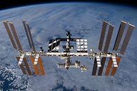 """ARCHIV - 01.01.2013, ---: Die undatierte Aufnahme zeigt die Internationale Raumstation (ISS) mit dem angedockten europäischen Wissenschaftslabor Columbus (Mitte, unten links) in der Erdumlaufbahn. (zu dpa """"Und es ward Licht! Seit 20 Jahren sind Raumfahrer auf der ISS"""" vom 06.12.2018) Foto: ---/Nasa/dpa - ACHTUNG: Nur zur redaktionellen Verwendung und nur mit vollständiger Nennung des vorstehenden Credits +++ dpa-Bildfunk +++"""