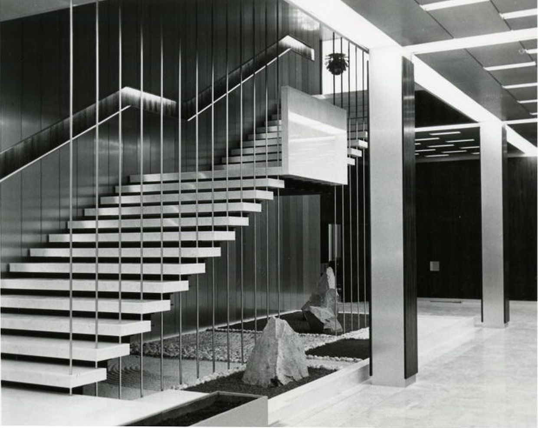 In der Empfangshalle hingt eine Treppe freischwebend über dem japanischen Garten auf Eisenträgern. (Foto: Jahr 1966)