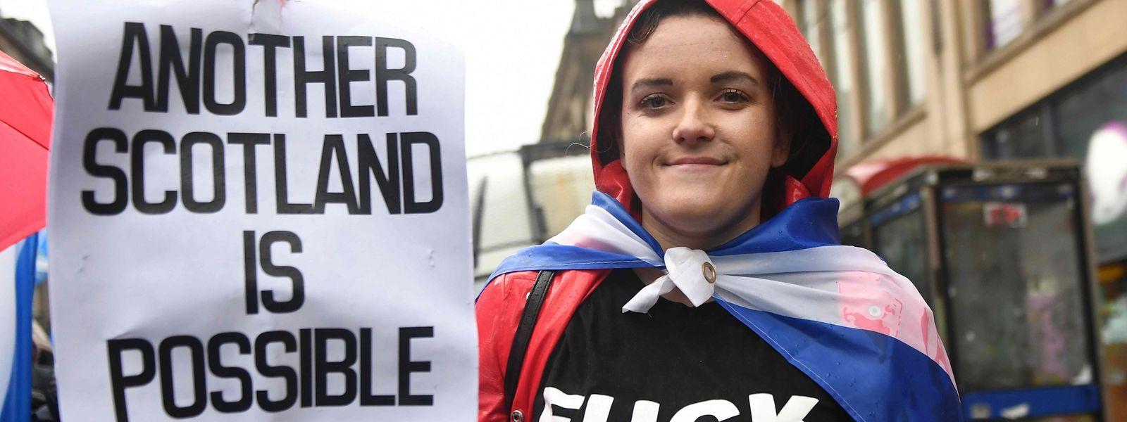Eine junge Schottin auf einer Demo für die Unabhängigkeit.