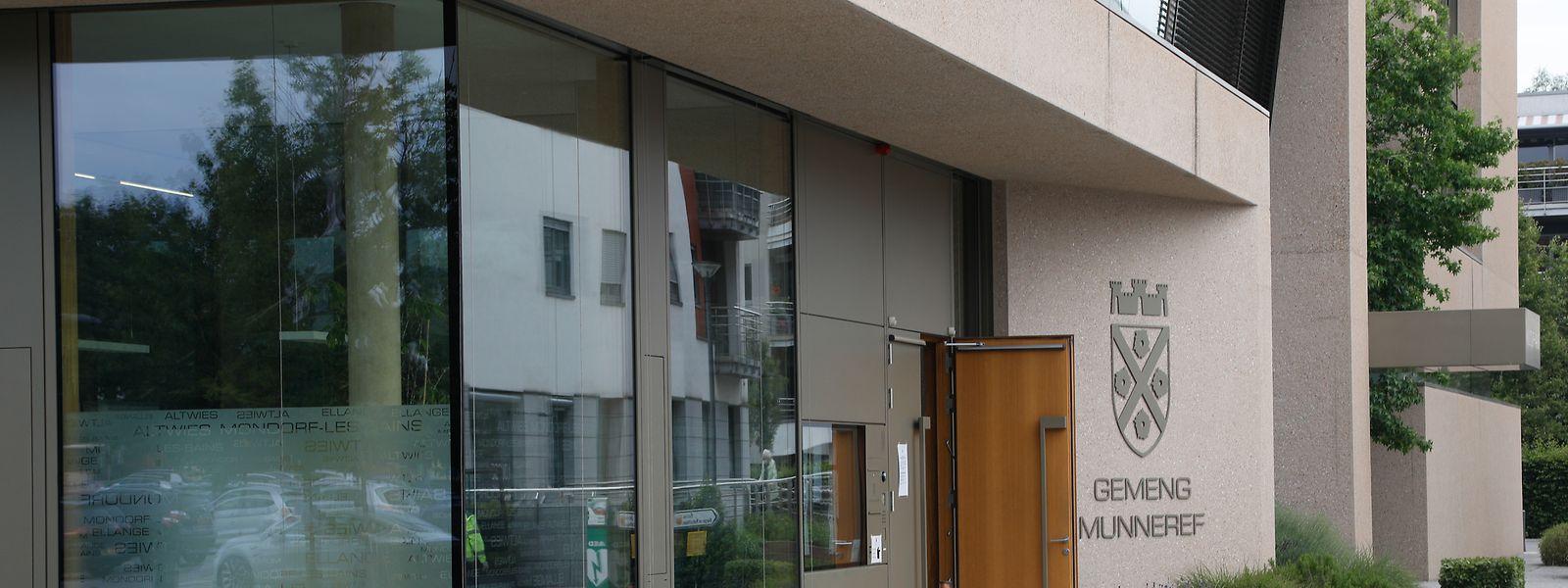 Seit 2012 werden die Geschicke der Gemeinde in der modernen Mairie an der Place des Villes jumelées geleitet.