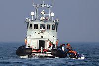 """ARCHIV - 10.08.2020, Großbritannien, Dover: Grenzschutzbeamte helfen einer Gruppe mutmaßlicher Migranten an Bord der HMC Hunter, nachdem diese bei ihrer Fahrt in einem kleinen Boot über den Ärmelkanal in Richtung Dover aufgehalten wurden. Großbritannien gehört nicht zu jenen Staaten der Welt, die sich mit großen Zahlen von Geflüchteten konfrontiert sehen. Trotzdem sorgen ankommende Boote mit Migranten regelmäßig für Aufregung.(zu dpa """"Refugees Not Welcome - Wie das Brexit-Land sich abschotten will"""") Foto: Gareth Fuller/PA Wire/dpa +++ dpa-Bildfunk +++"""