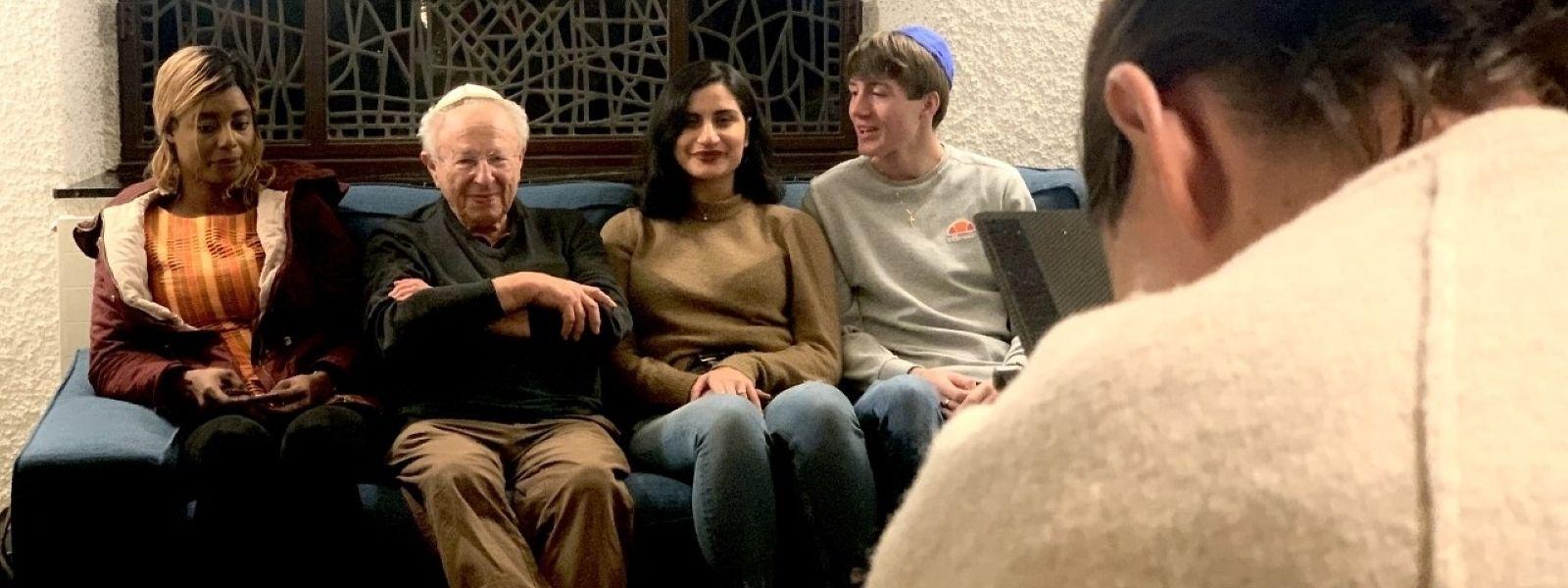 Mehr als nur ein intergenerationeller Dialog: der Zeitzeuge Claude Marx (2. v. l.) und die drei jungen Protagonisten der Dokumentation, Marie Yopo-Chadon, Christina Khoury und Dean Schadeck (v. l. n. r.), in der Escher Synagoge.