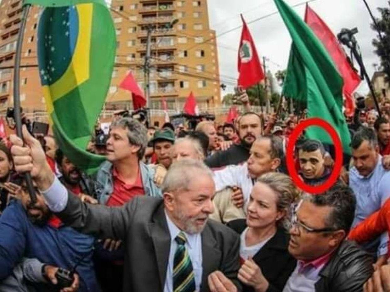 Esta imagem de Adélio Bispo (a vermelho) - o homem que agrediu Bolsonaro em setembro passado - presente numa ação de campanha do ex-presidente do PT, Lula da Silva, é falsa. E serviria para dar a ideia de que o PT estaria por trás do ataque ao candidato de extrema-direita.