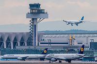 """ARCHIV - 11.02.2016, Hessen, Frankfurt/Main: Neben dem Tower des Flughafens von Frankfurt am Main kommt eine Maschine an. (Zu dpa """"Flugsicherung testet Drohnen-Detektionssysteme an Flughäfen"""") Foto: Boris Roessler/dpa +++ dpa-Bildfunk +++"""