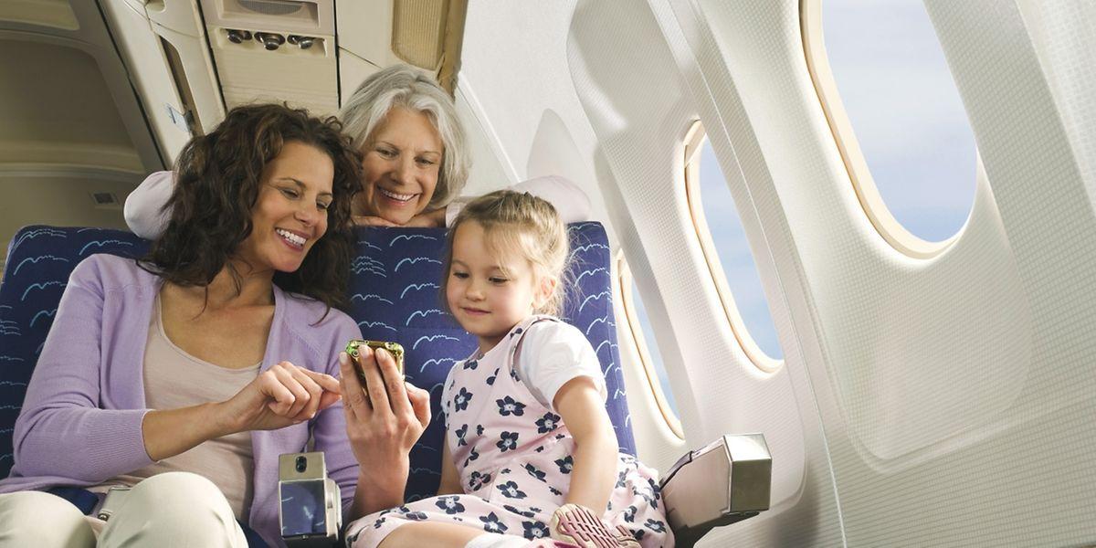 Hat das Kind Flugangst, ist Ablenkung während des Fluges wichtig. Sind die Eltern selbst entspannt, überträgt sich das auch auf das Kind.