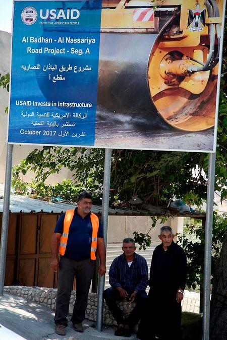 Im Dorf al-Badhan, nördlich von Nablus in der besetzten West-Bank gelegen, weist ein Schild auf die Hilfen aus den USA hin.