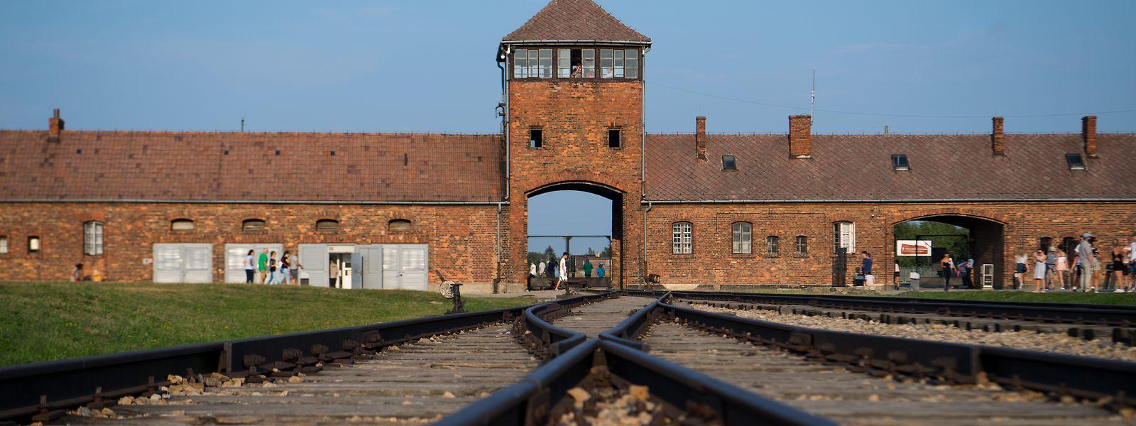 Die Bahngleise vor dem historischen Tor der Gedenkstätte Auschwitz gelten als bildstarkes Symbol für den Holocaust.